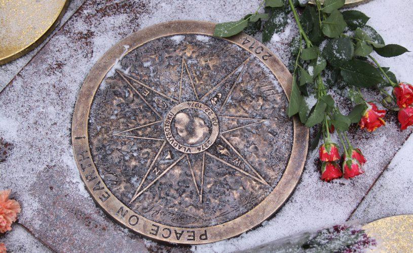 В центре Юрмалы, на территории  курортного отеля «Pegasa Pils», торжественно открыт синергетический бронзовый медальон В. Высоцкого.